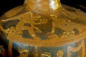 Hydría a figure rosse da Cerzeto. Particolare con scena di toilette, 380-370 a.C.